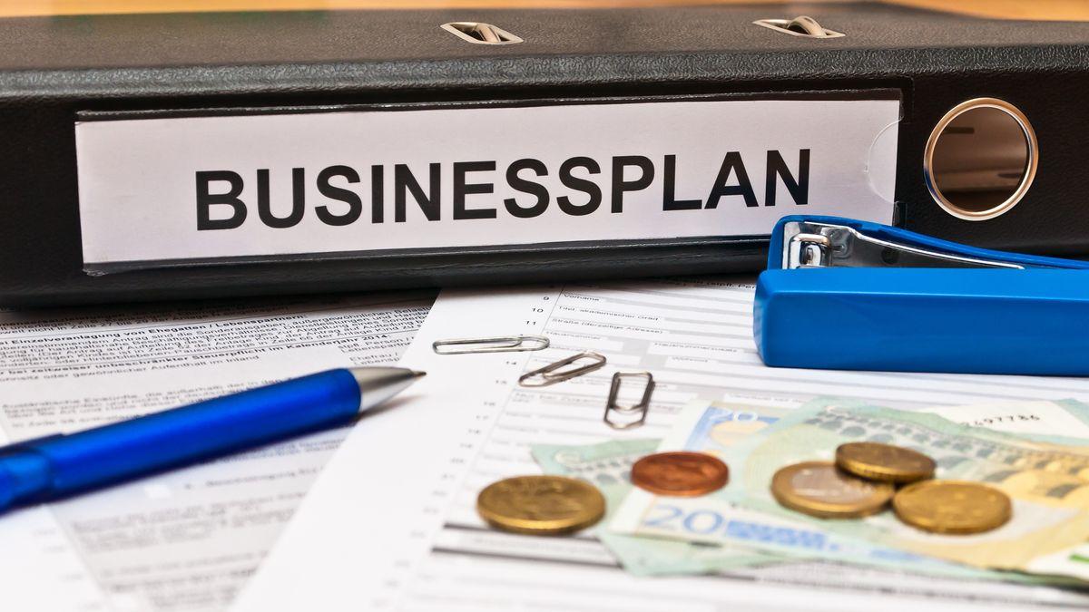 Aktenordner mit Businessplan.