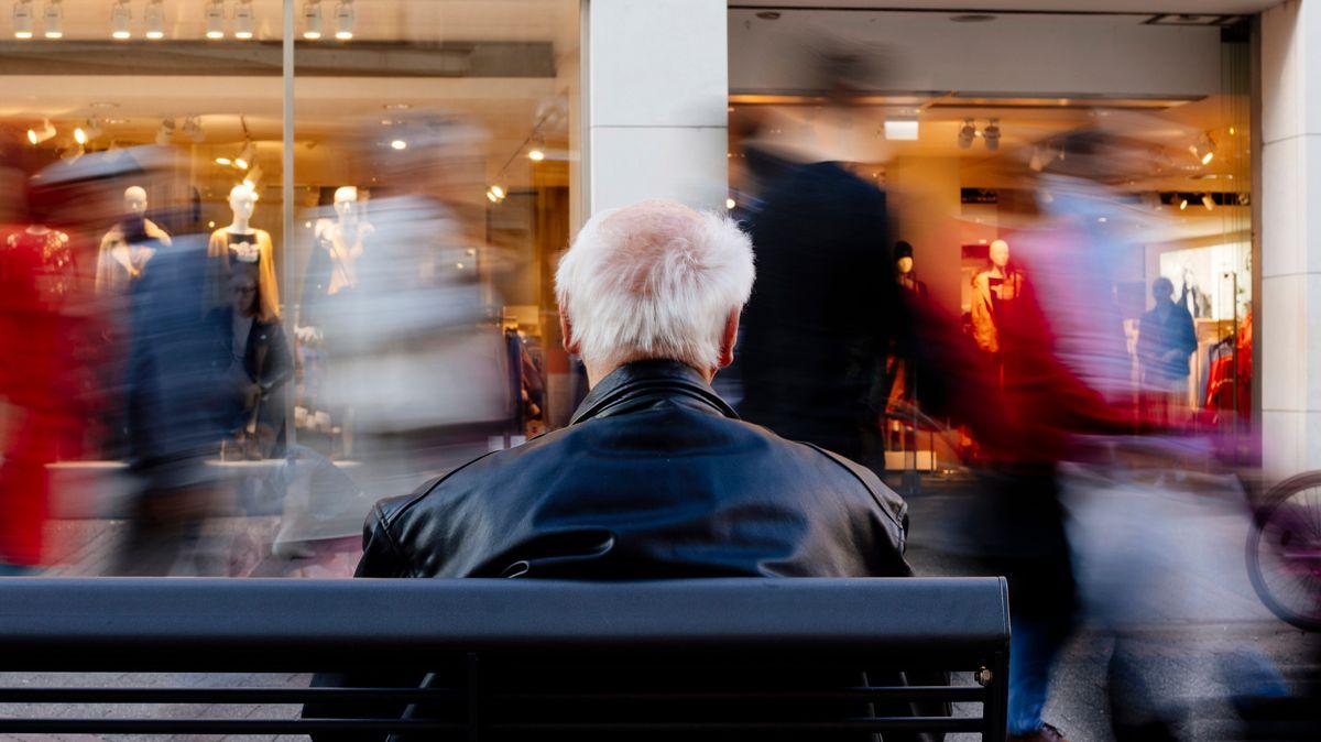 Ein Rentner auf einer Bank in der Kölner Schildergasse.