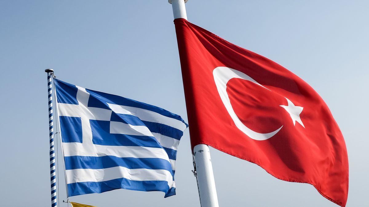 Pythagorio, Griechenland: Eine griechische und eine türkische Fahne wehen im Hafen der Insel Samos.