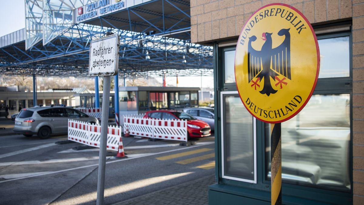 Ein Schild der Bundesrepublik Deutschland steht am Zollamt Bietingen anlässlich der Grenzkonrolle zur Eindaemmung des Coronavirus, aufgenommen am Montag, 16. März 2020 am Zollamt Thayngen.
