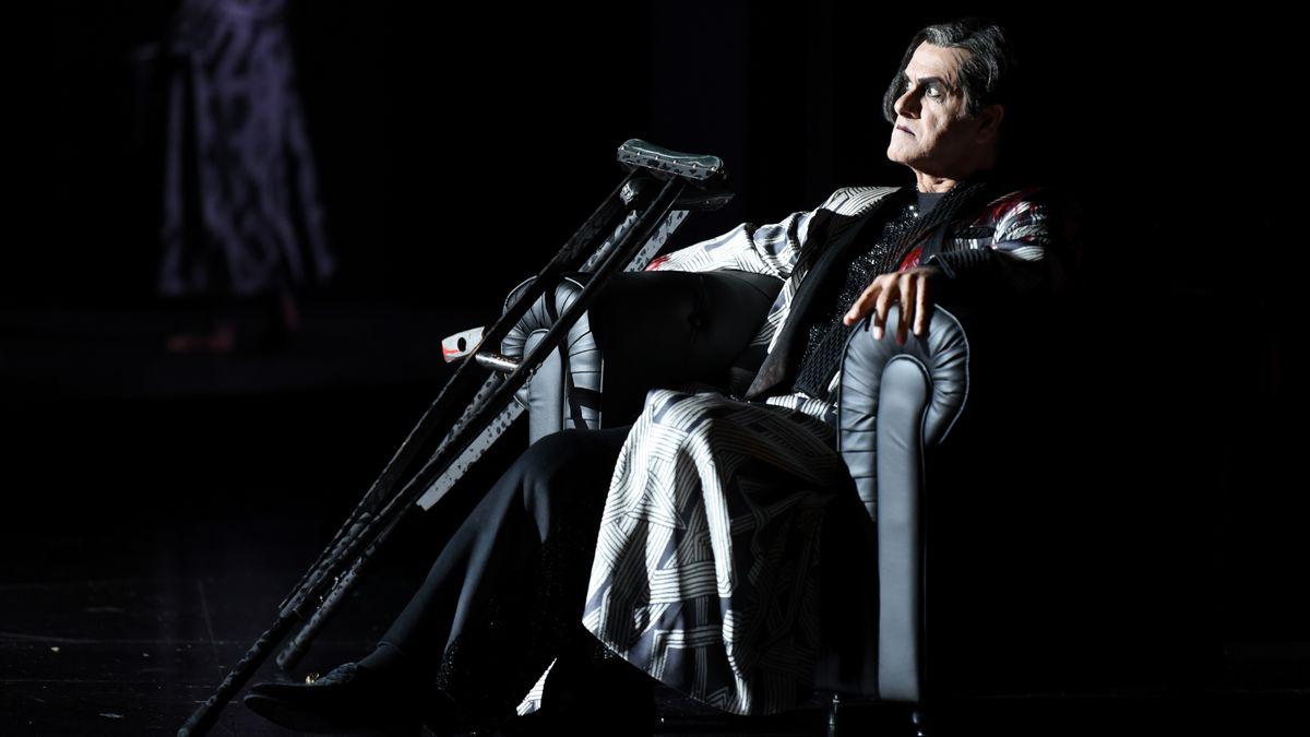 Gnostiker Simon Mago am Krückstock im Sessel