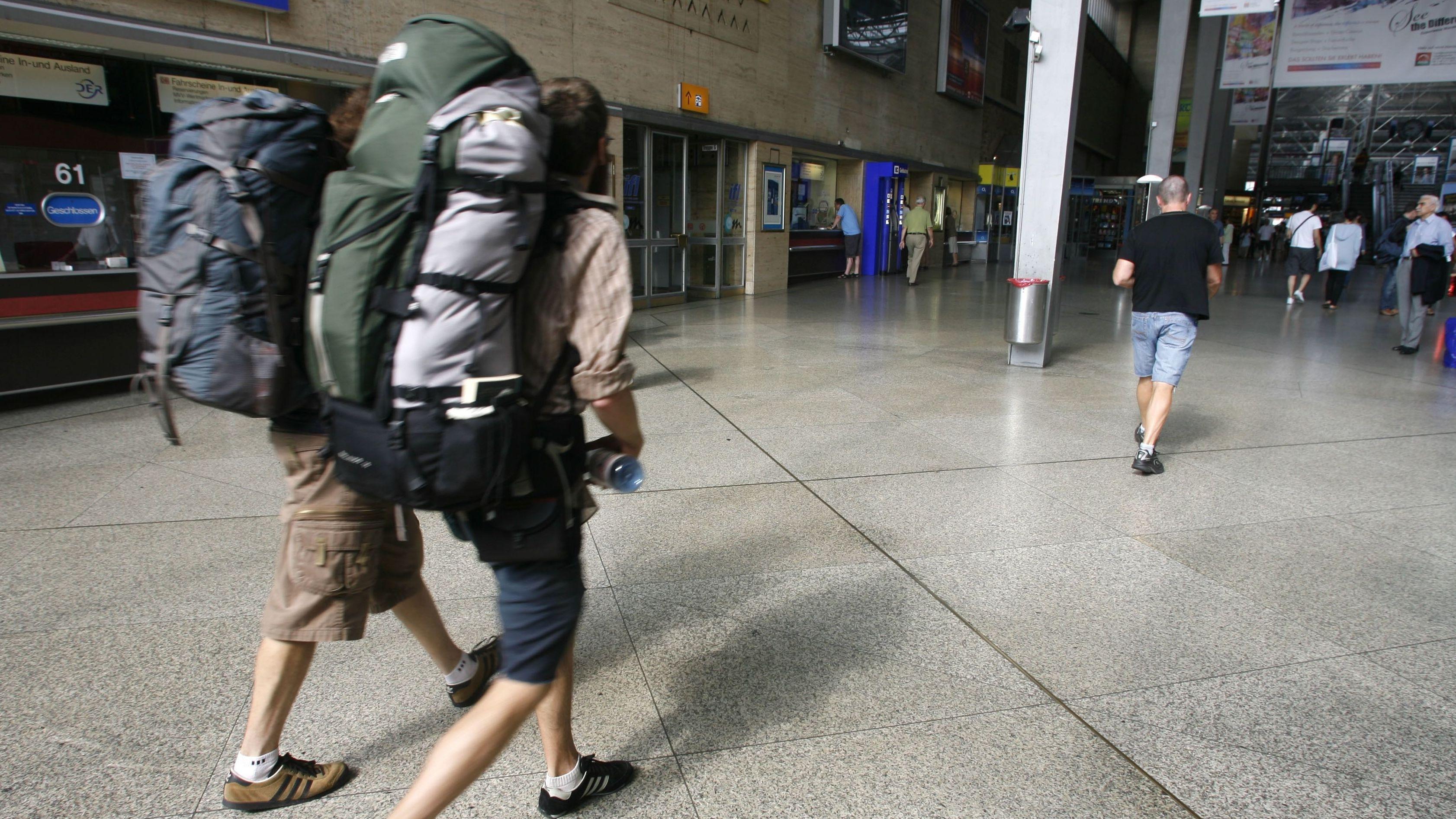 Ab heute Mittag ein Bild der Vergangenheit: Reisende gehen in München durch die Schalterhalle am Hauptbahnhof.