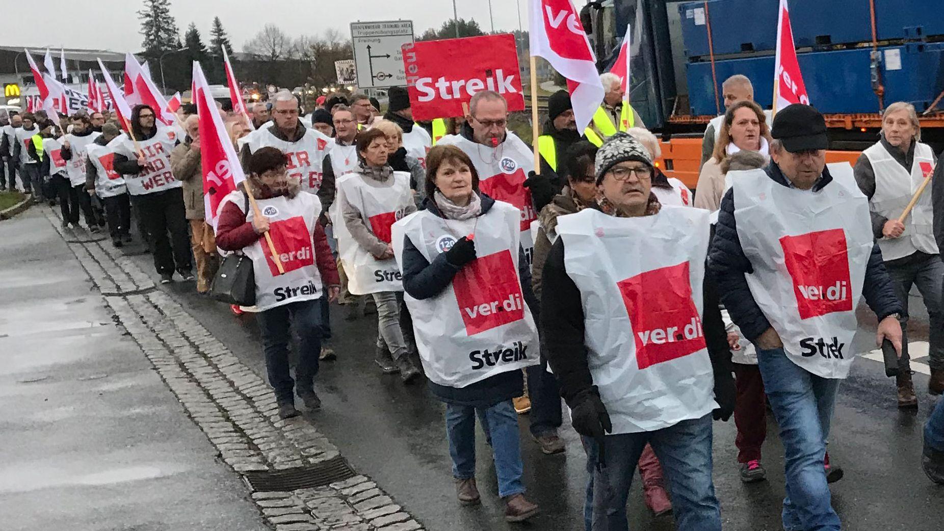 Zahlreiche deutsche Zivilbeschäftigte der US-Armee folgten dem Aufruf der Gewerkschaft Verdi zu einem Warnstreik.
