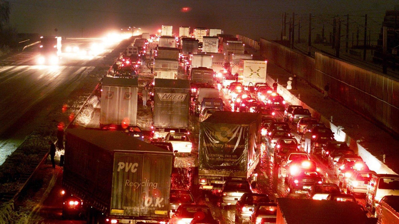 Symbolbild: Stau in der Weihnachtszeit auf deutschen Autobahnen