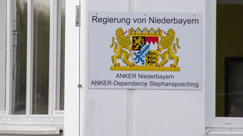 """""""Regierung von Niederbayern - ANKER Niederbayern - ANKER-Dependance Stephansposching"""" steht auf einem Schild an der Außenstelle Stephansposching des Ankerzentrums Deggendorf."""