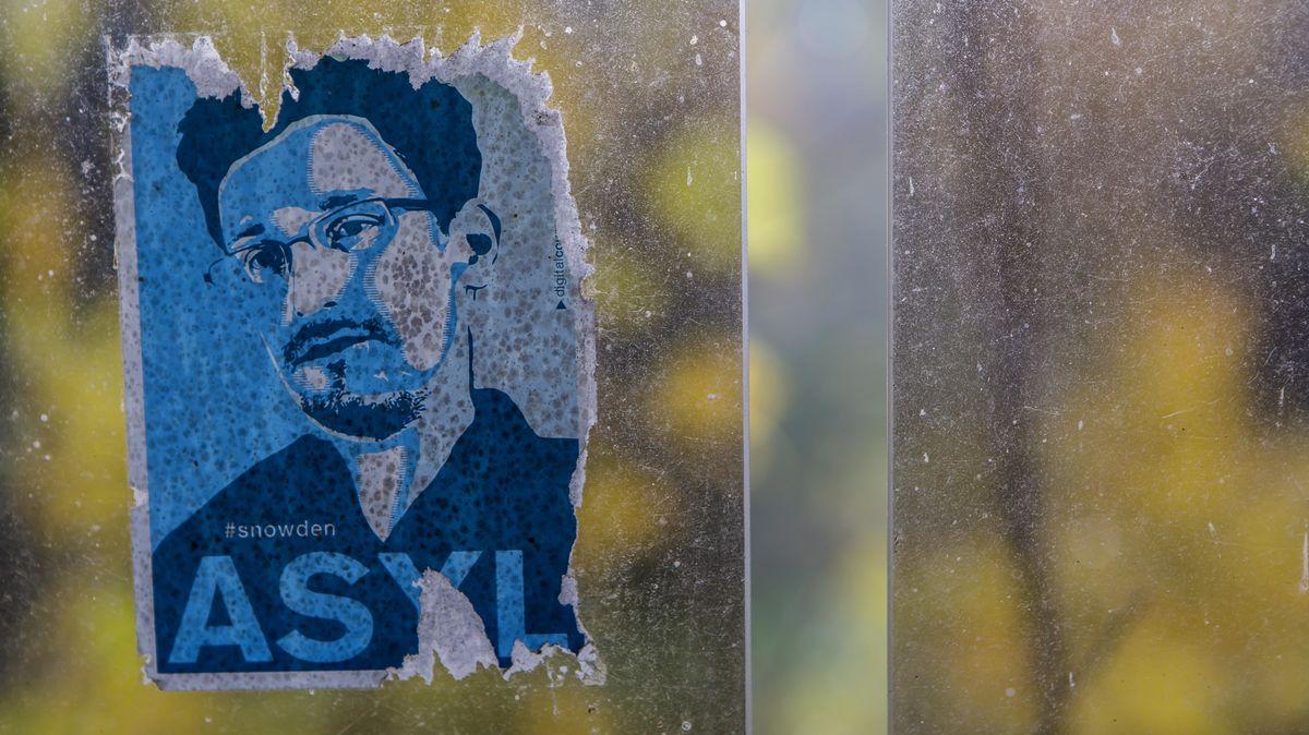 Ein Aufkleber mit dem Portrait von Edward Snowden an einer Bushaltestelle.