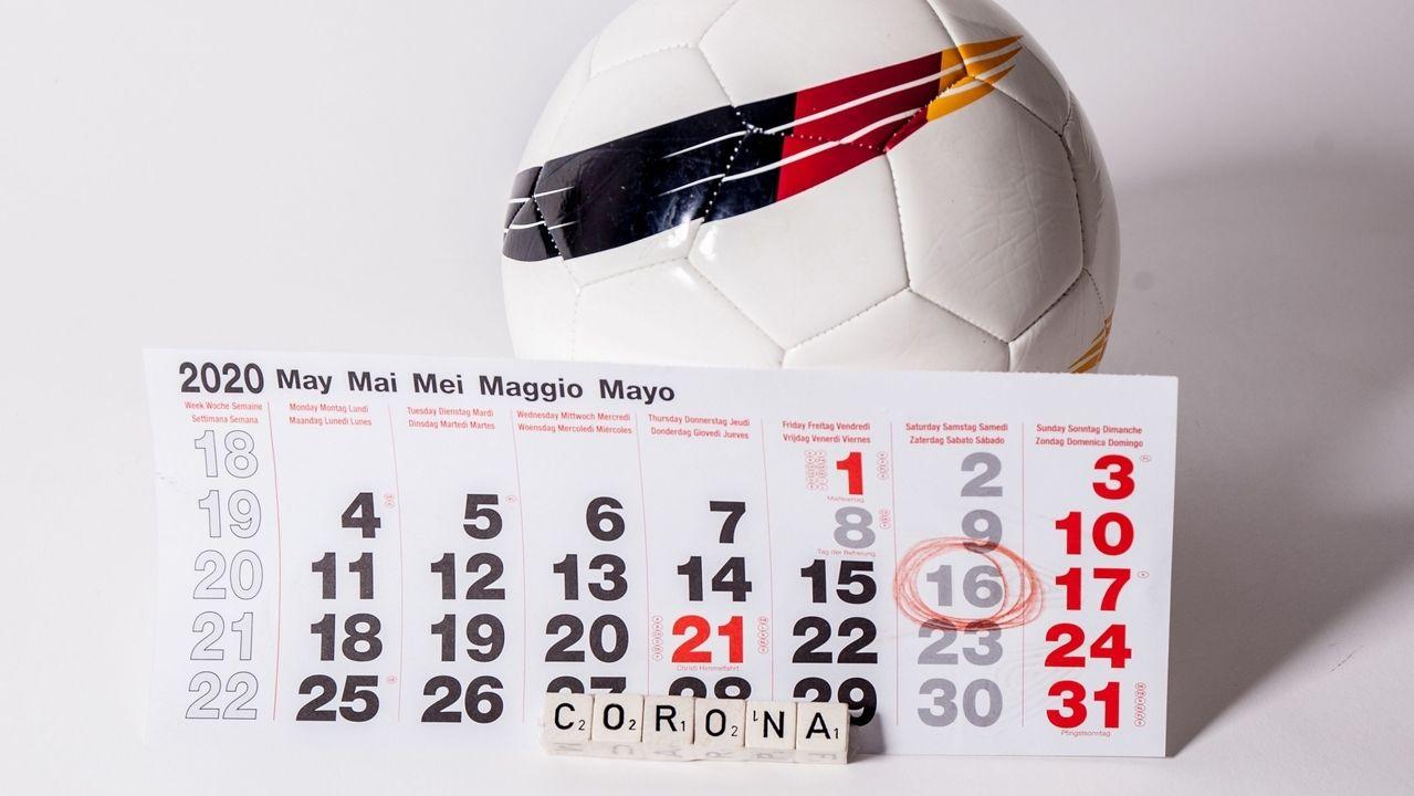Ein Fußball und ein Kalender