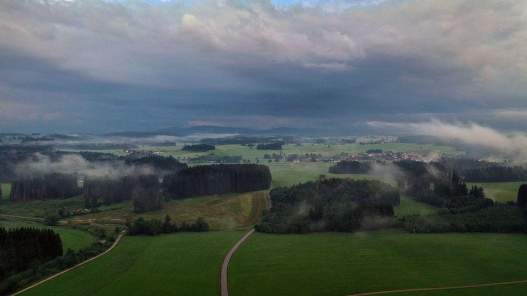 Nebelschwaden ziehen durch die wolkenverhangene Allgäuer Landschaft. (Symbolbild)