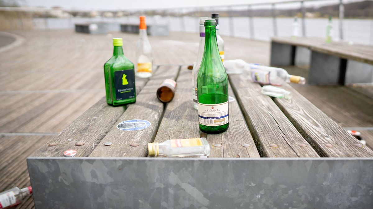 Flaschen nach einer Party (Symbolbild)