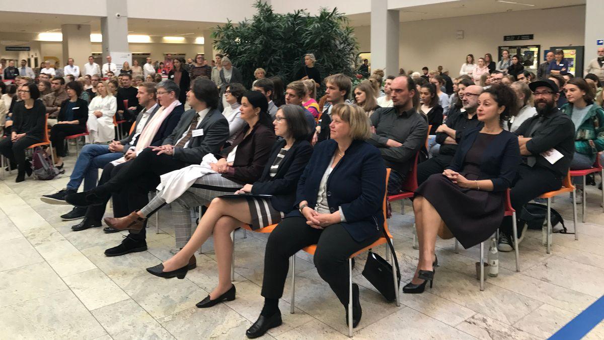 Erste Reihe von links: Sabine Doering-Manteuffel, Präsidentin der Universität Augsburg; Martina Kadmon, Gründungsdekanin der medizinischen Fakultät