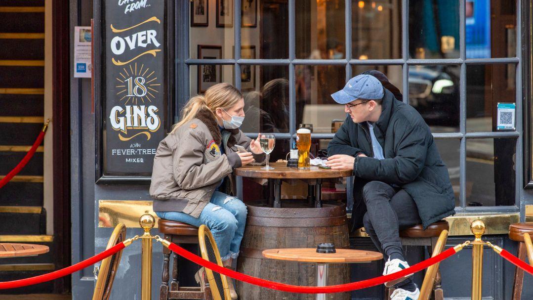 London: Gäste sitzen vor dem Cock and Lion Pub in Marylebone