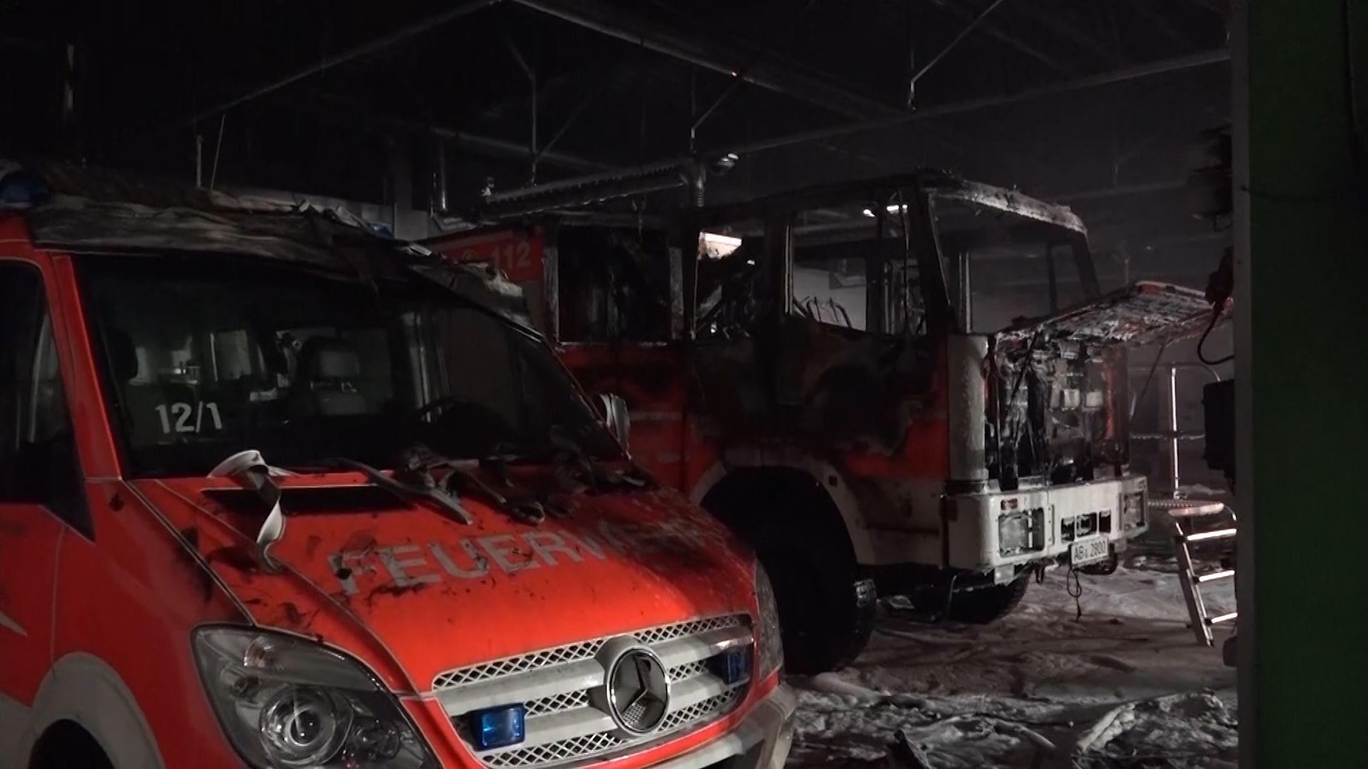 Die beiden ausgebrannten Einsatzfahrzeuge im Kleinostheimer Feuerwehrhaus