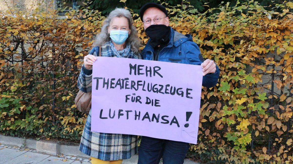 Demonstranten mit Plakat