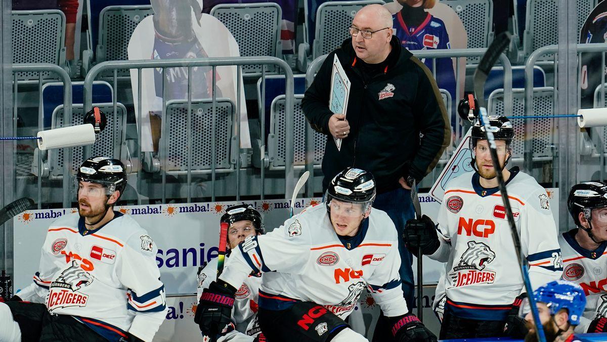 Nürnbergs Trainer Frank Fischöder steht zwischen Spielern.