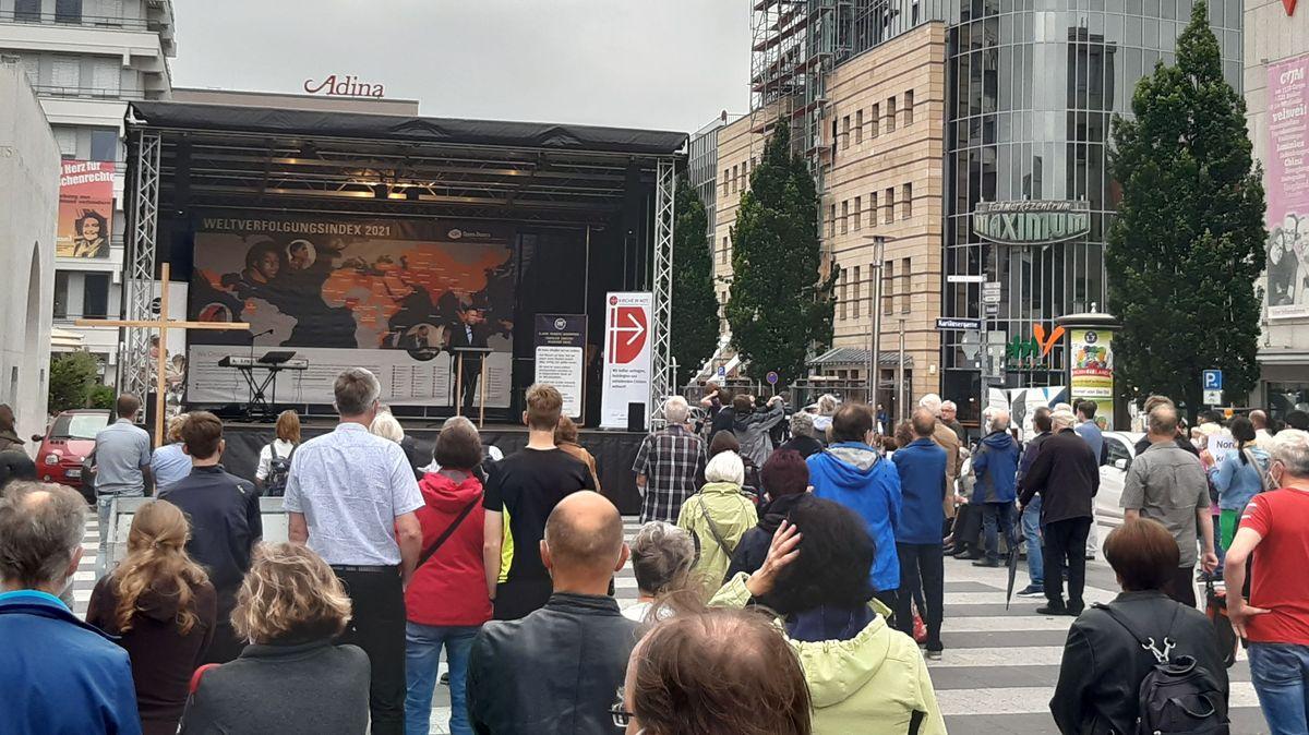 Mehr als 200 Menschen haben sich heute in Nürnberg versammelt, um ein Zeichen für Religionsfreiheit zu setzen.