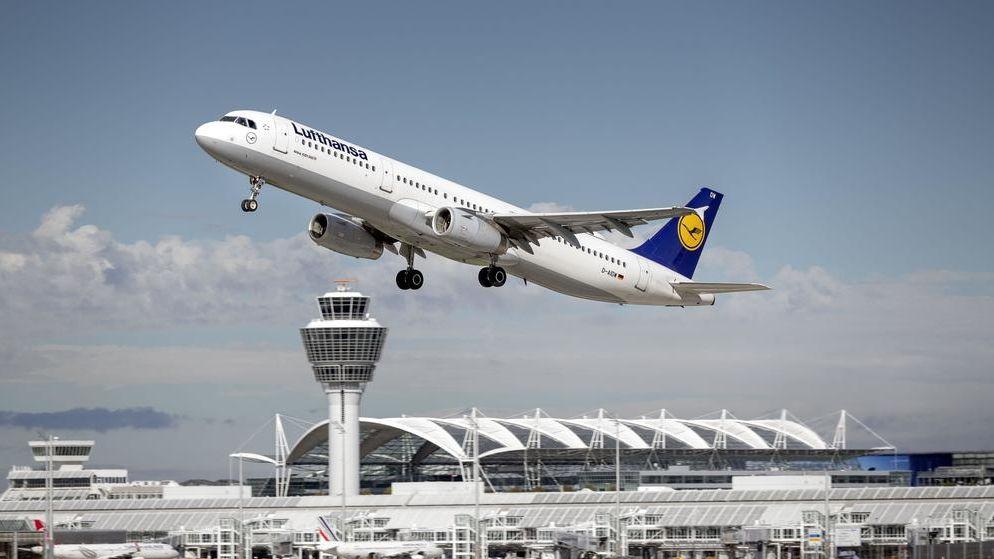 Ein Lufthansa Airbus hebt am Flughafen München ab.