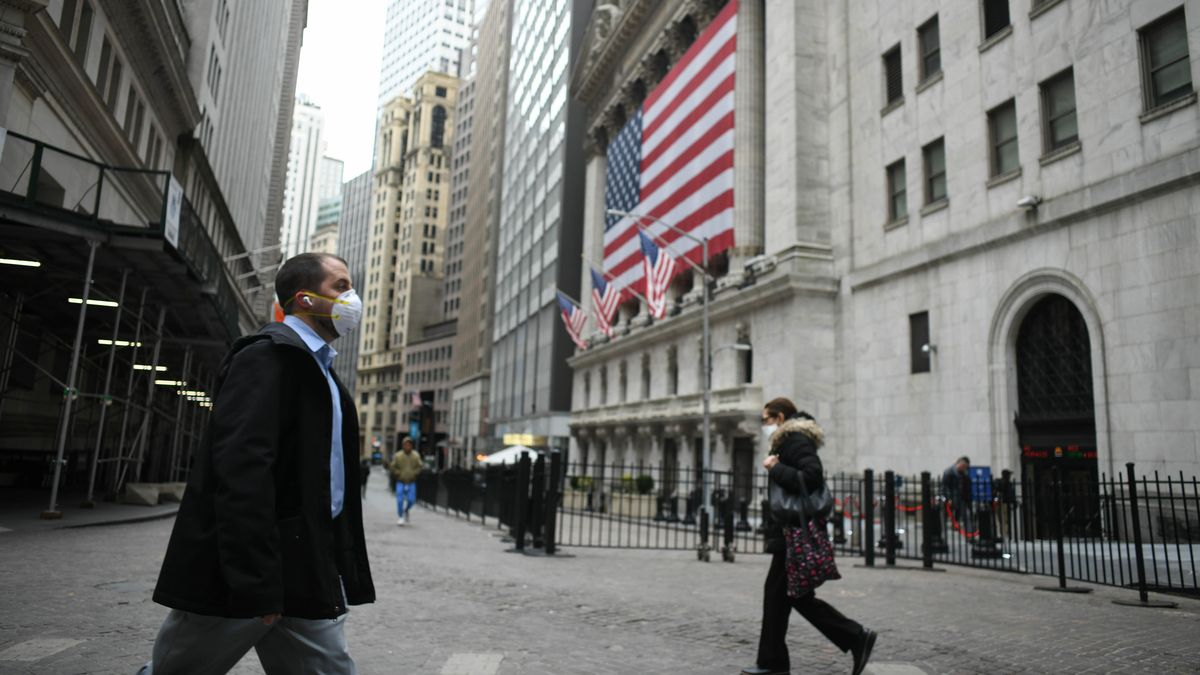 Passanten mit Maske vor New York Stock Exchange