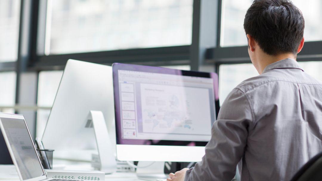 Mann an einem Unternehmens-PC.