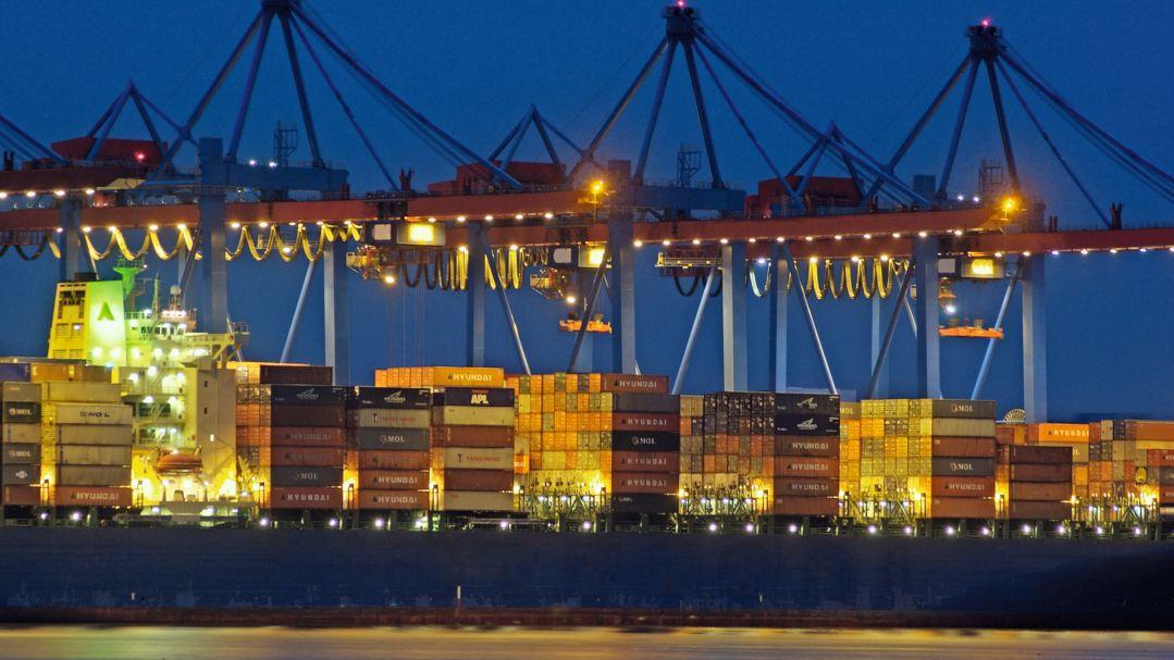 Hell erleuchtete Containerbrücken im Hamburger Hafen