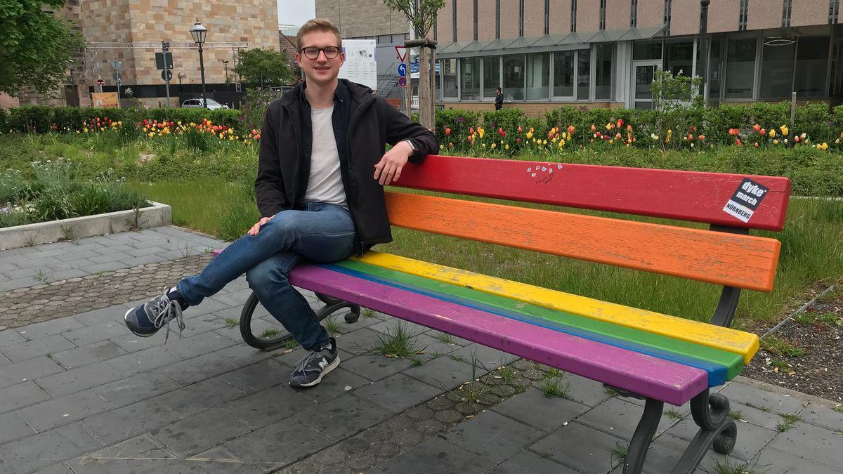 Lukas Geyer von der Jugendinitiative des Vereins Fliederlich setzt sich für ein queeres Jugendzentrum in Nürnberg ein.