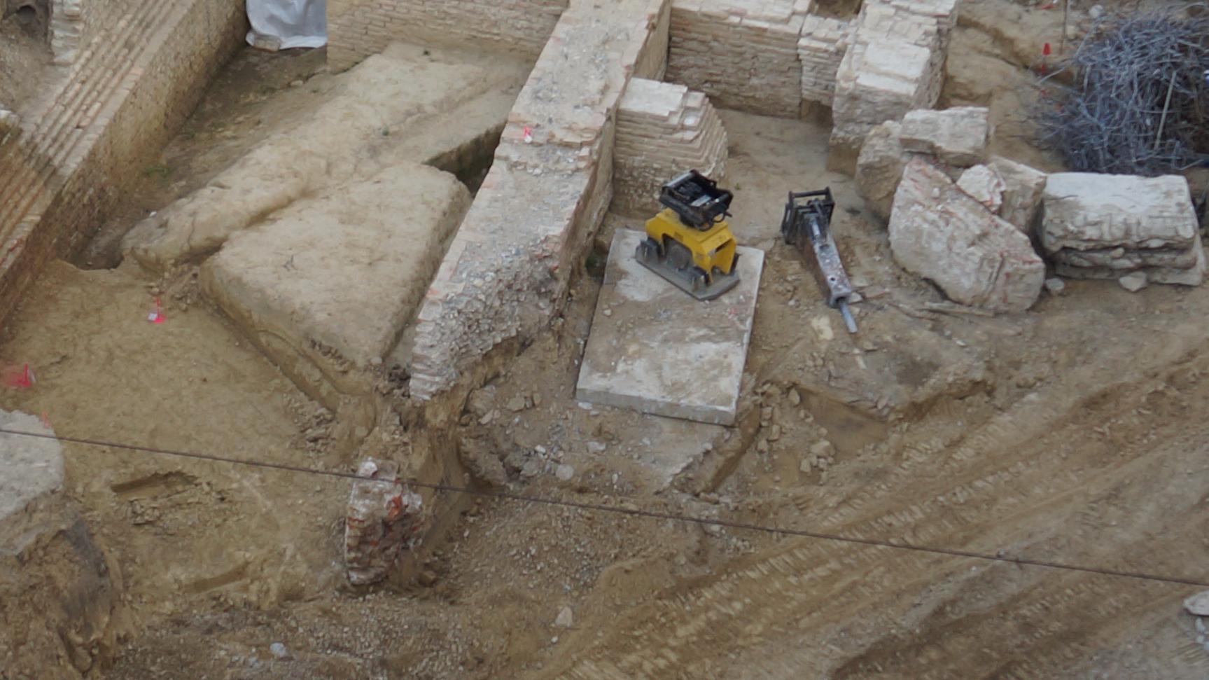 Mauerreste auf der Baustelle.