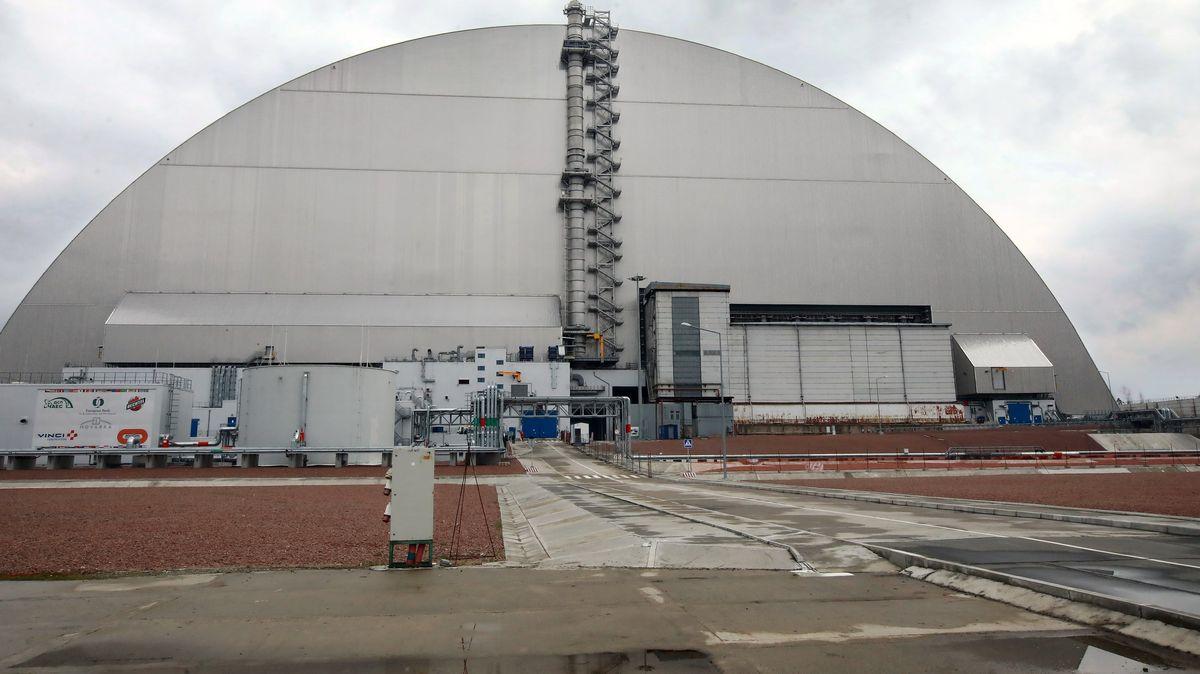 Die neue Umschließung versiegelt den Sarkophag über den Trümmern des Reaktors