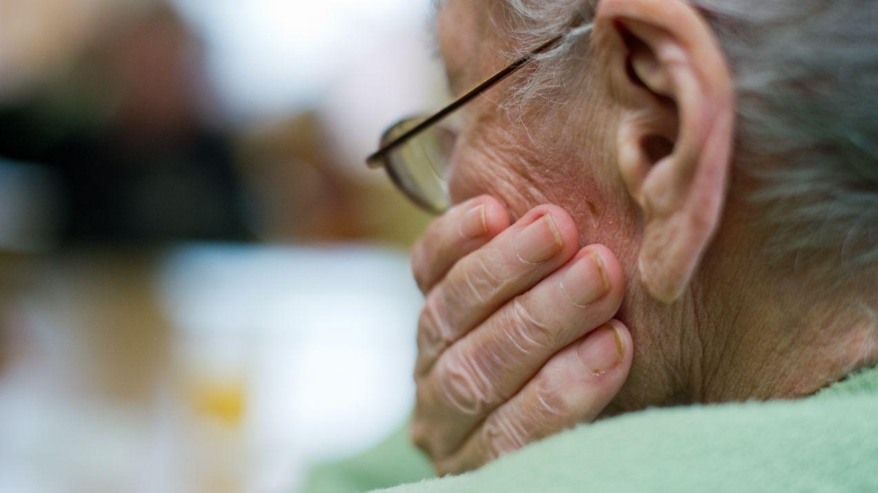 Alte Frau von hinten: Symbolbild für Demenz