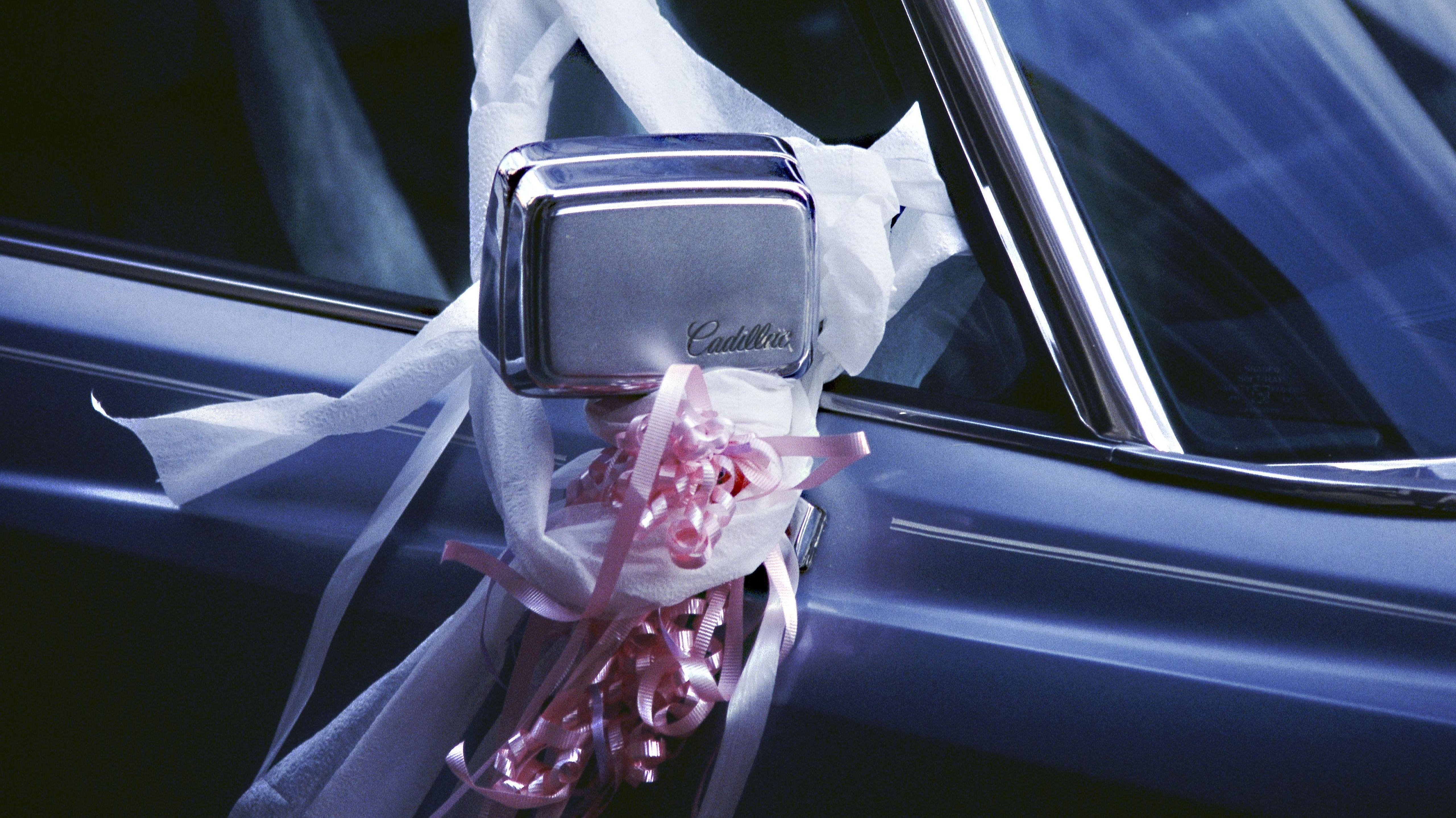 Geschmücktes Auto einer Hochzeitsgesellschaft (Symbholbild)