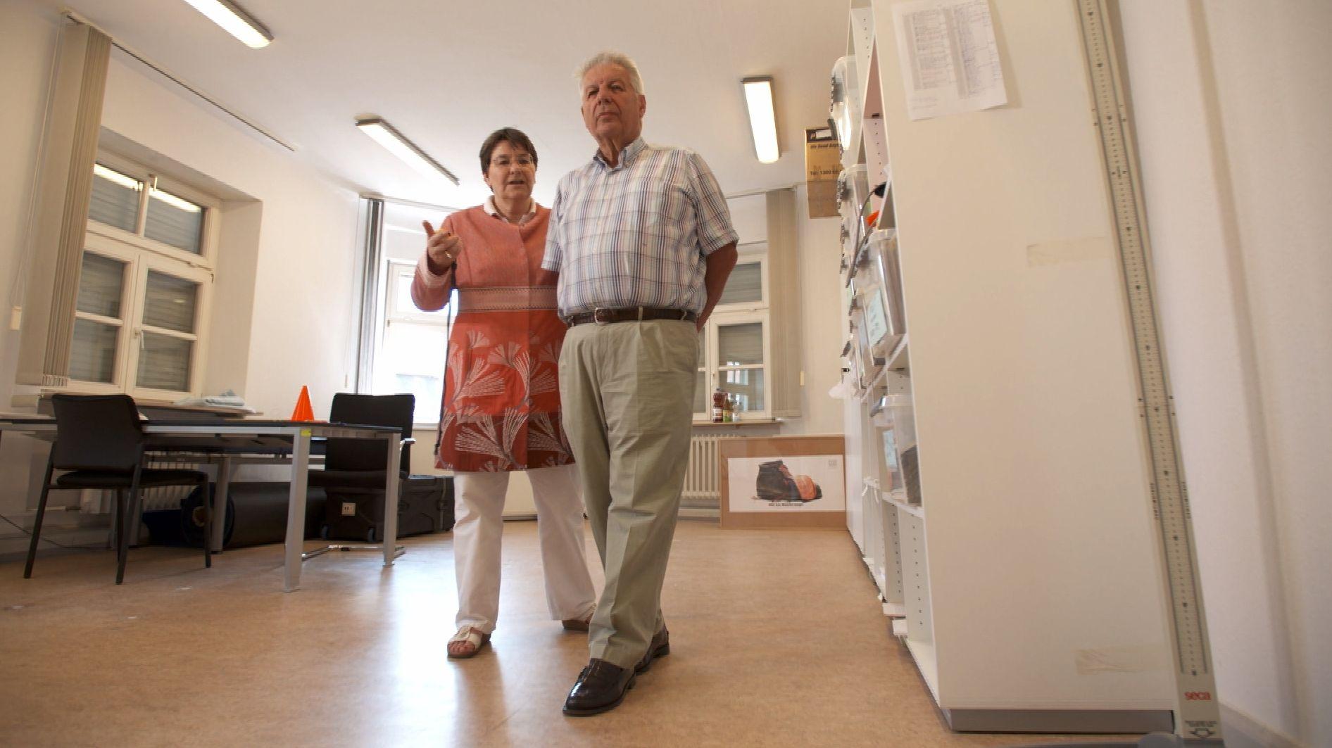 Zwei Senioren in ihrer Wohnung