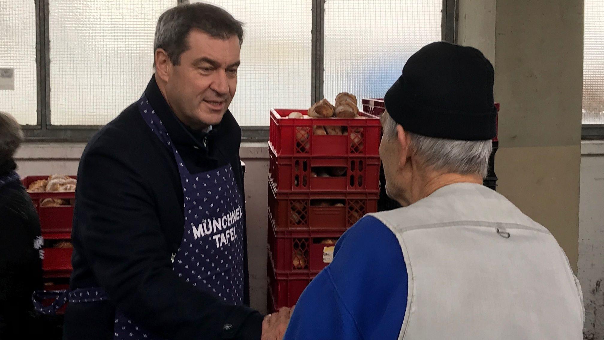 Markus Söder hilft an der Essensausgabe einer Münchner Tafel