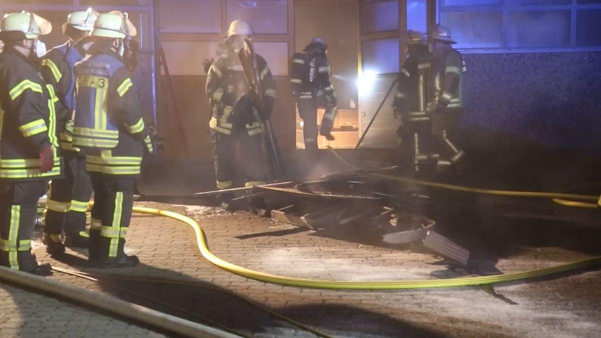 Einsatzkräfte der Feuerwehr bei Löscharbeiten