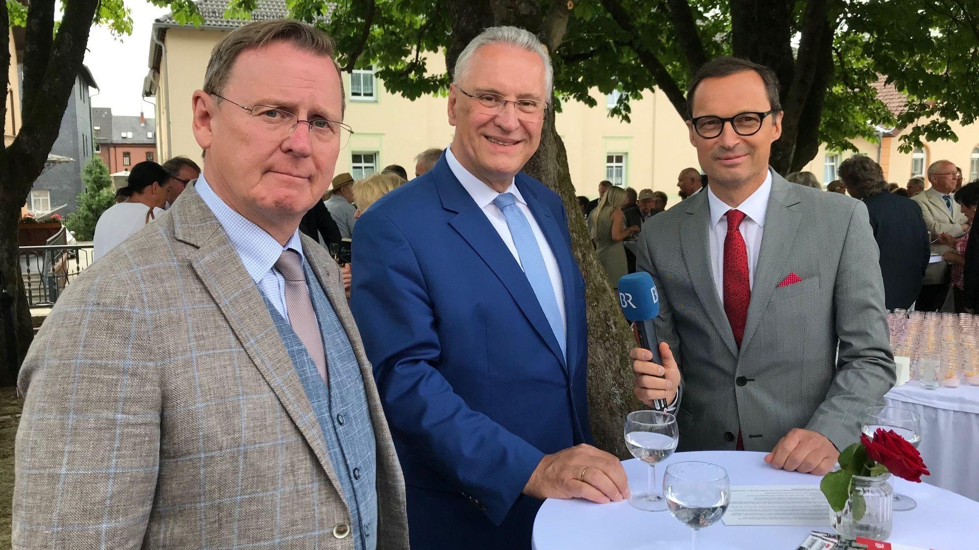 Bodo Ramelow (li.), Bayerns Innenminister Joachim Herrmann (M.) und Rüdiger Baumann vom BR.