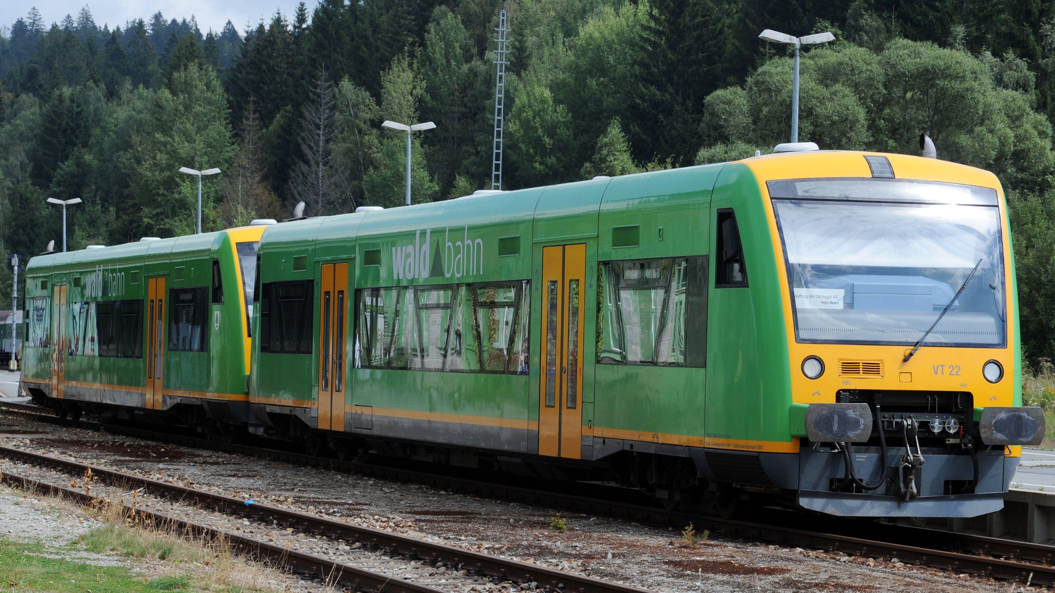 Ein Zug der Bayerischen Waldbahn auf den Gleisen im deutsch-tschechischen Grenzbahnhof in Bayerisch Eisenstein