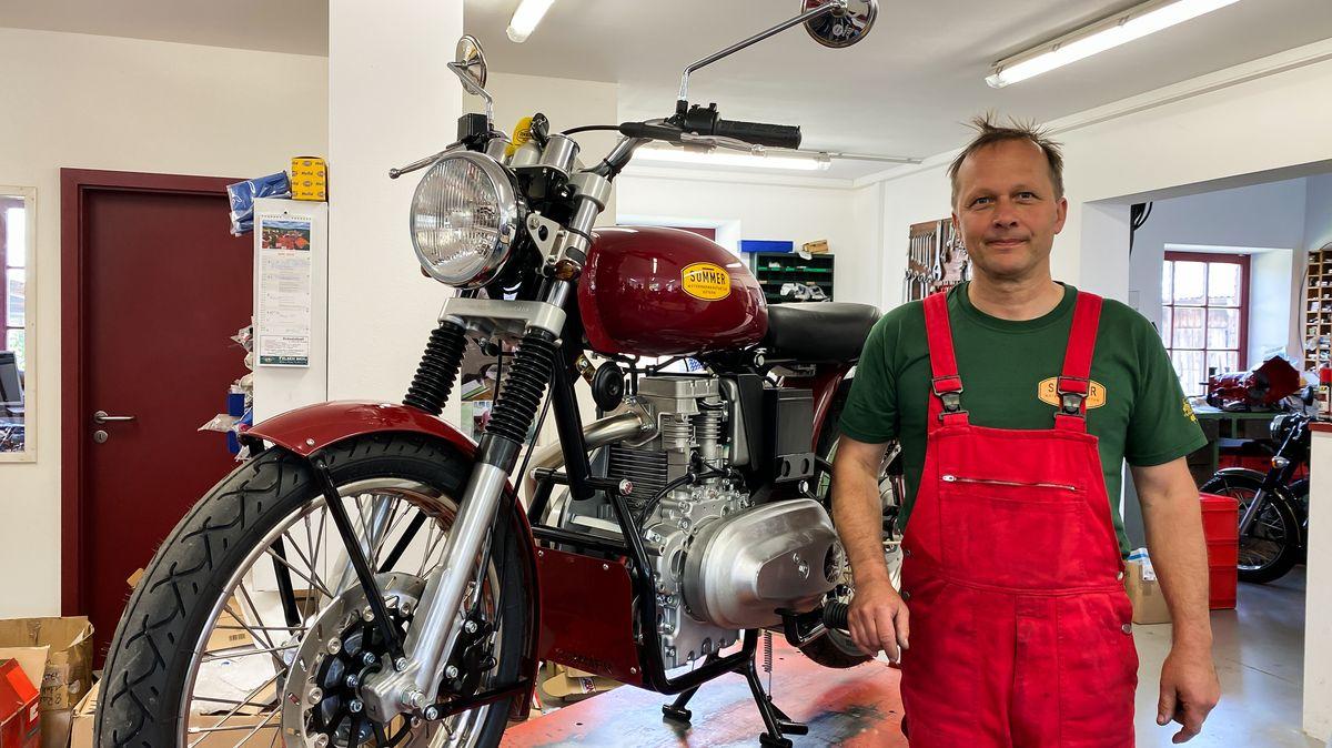 Jochen Sommer in seiner Motorrad-Werkstatt