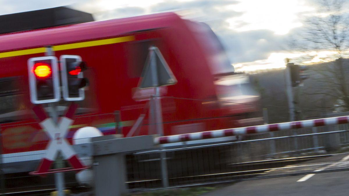 Geschlossene Bahnschranke an einem Bahnübergang (Symbolbild)