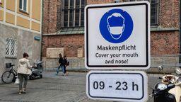 Ein Schild fordert am Münchner Viktualienmarkt in der Innenstadt zum Tragen einer Mund- und Nasen-Bedeckung auf.  | Bild:pa/dpa/Sachelle Babbar