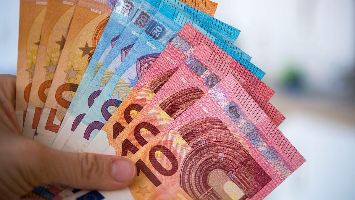 Hand hält Geldscheine (Symbolbild)