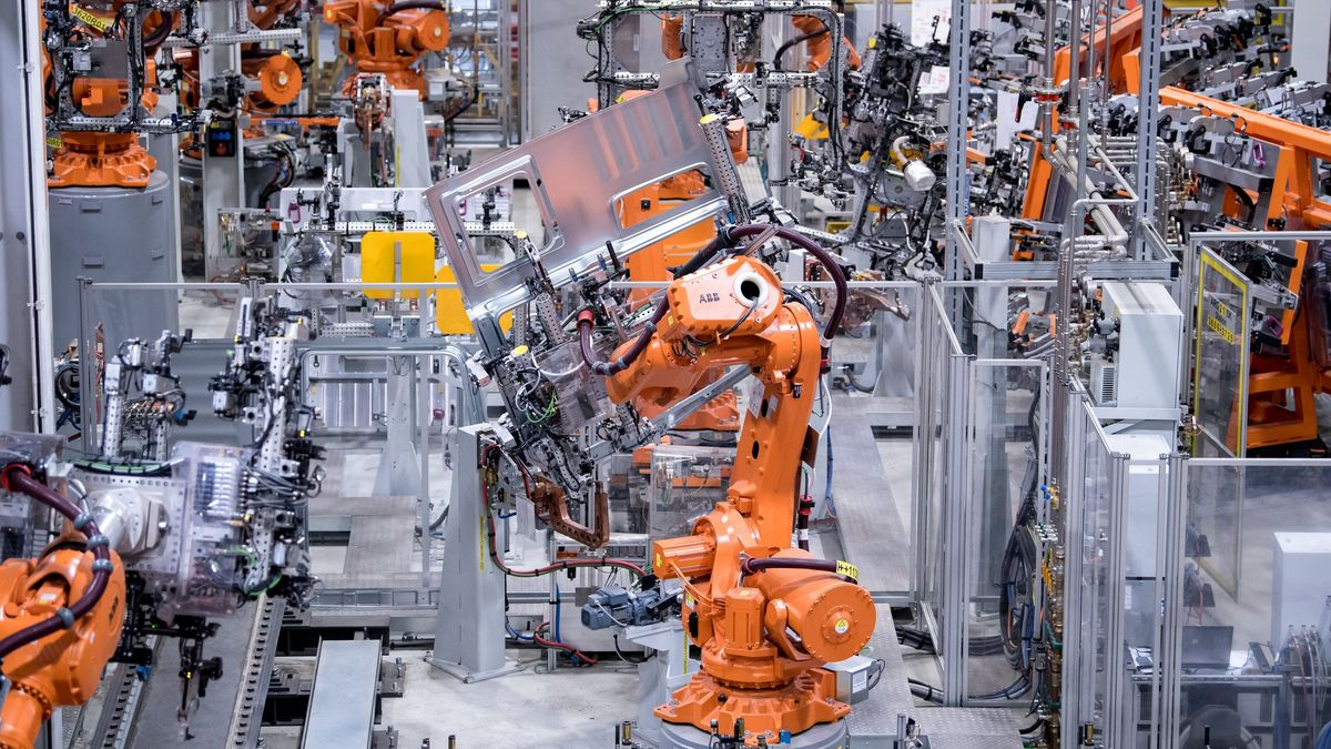 Roboter der Metall- und Elektroindustrie in einer Werkshalle.
