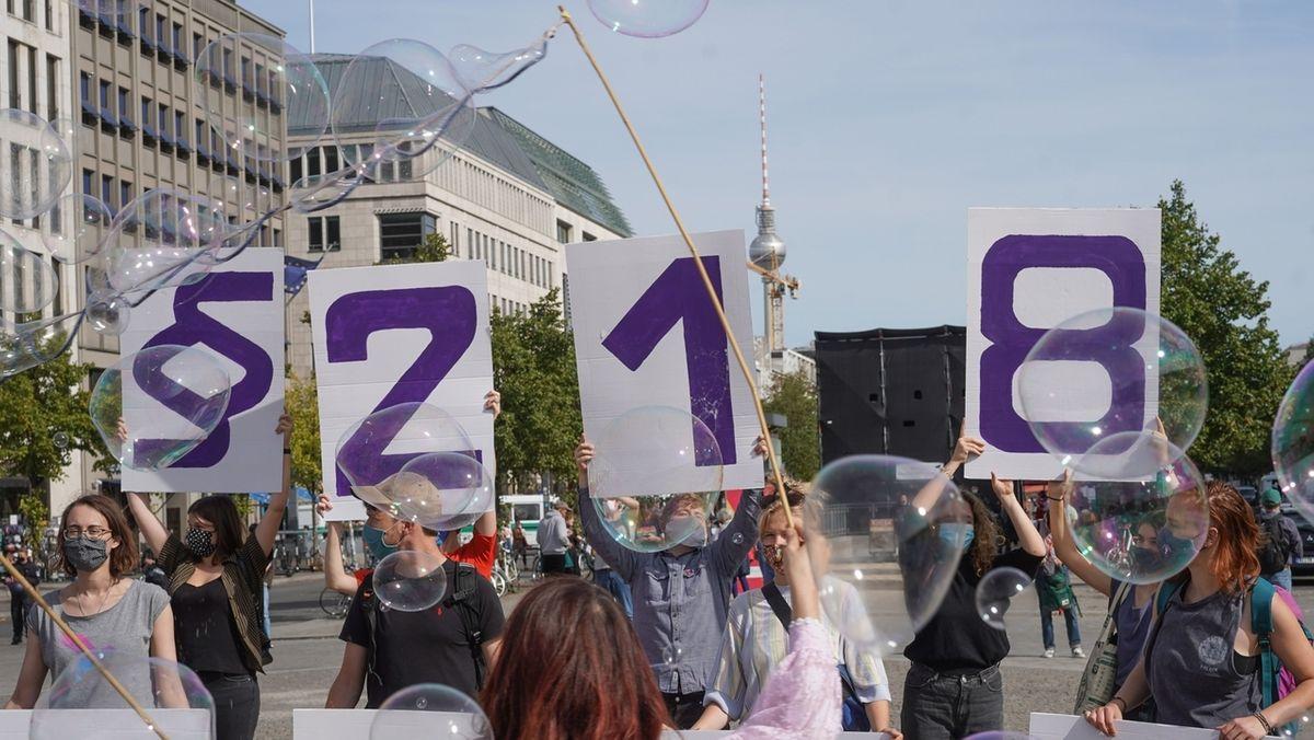 An vielen Orten weltweit wird immer wieder für und gegen das Recht auf Abtreibung demonstriert - auch in Deutschland.