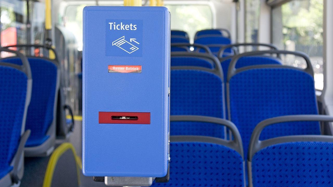 Ticketstempelgerät in einem Bus.