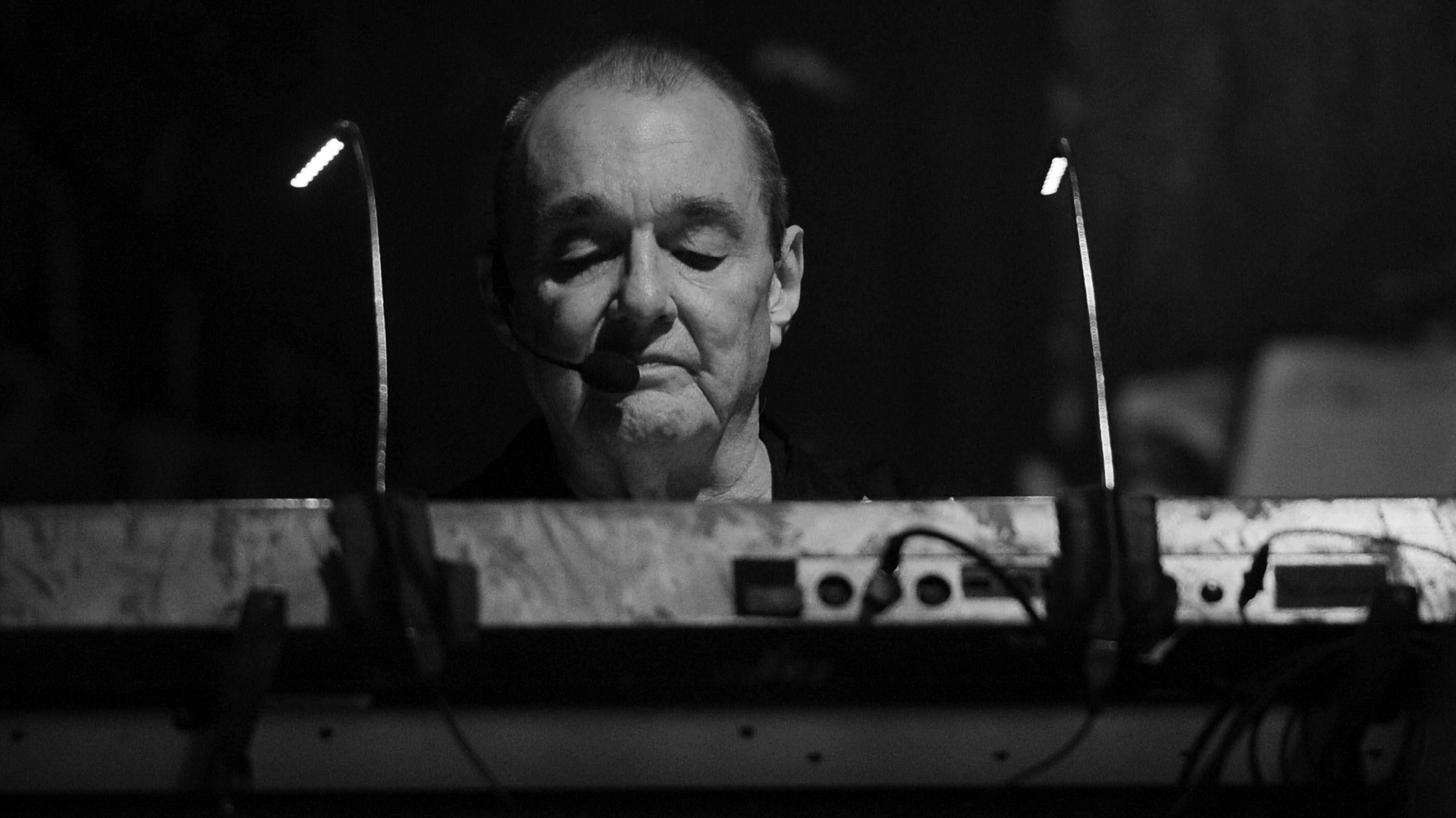 Der Keyboarder Dave Greenfiels hinter seinem Instrument