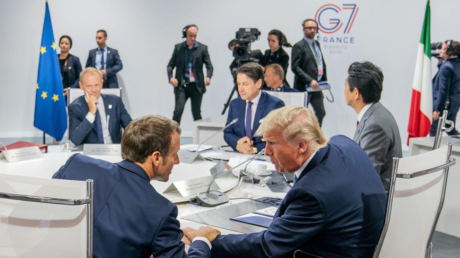 Frankreichs Präsident Macron (vorne l), legt die Hand auf den Arm von US-Präsident Trump (M), bei der ersten Arbeitssitzung beim G7-Gipfel.