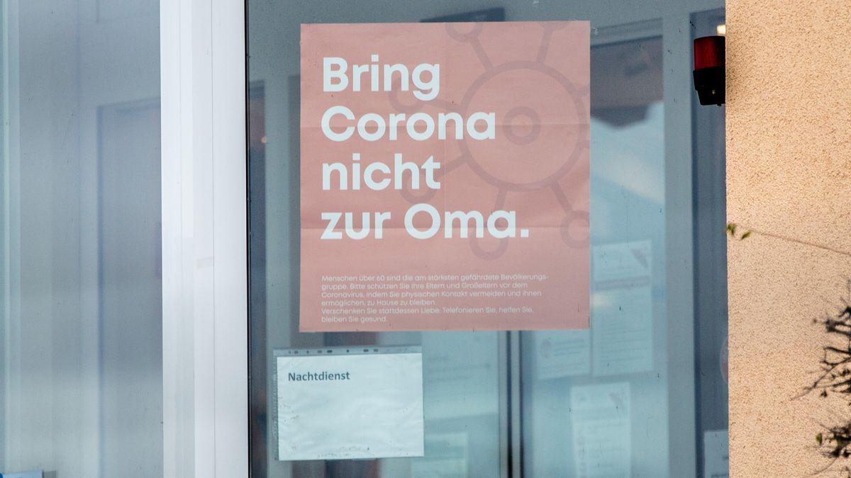 An Altenheim und Pflegeheim in Bischberg bei Bamberg ist am Eingangsbereich ein Plakat angebracht, auf dem Plakat steht: Bring Corona nicht zur Oma