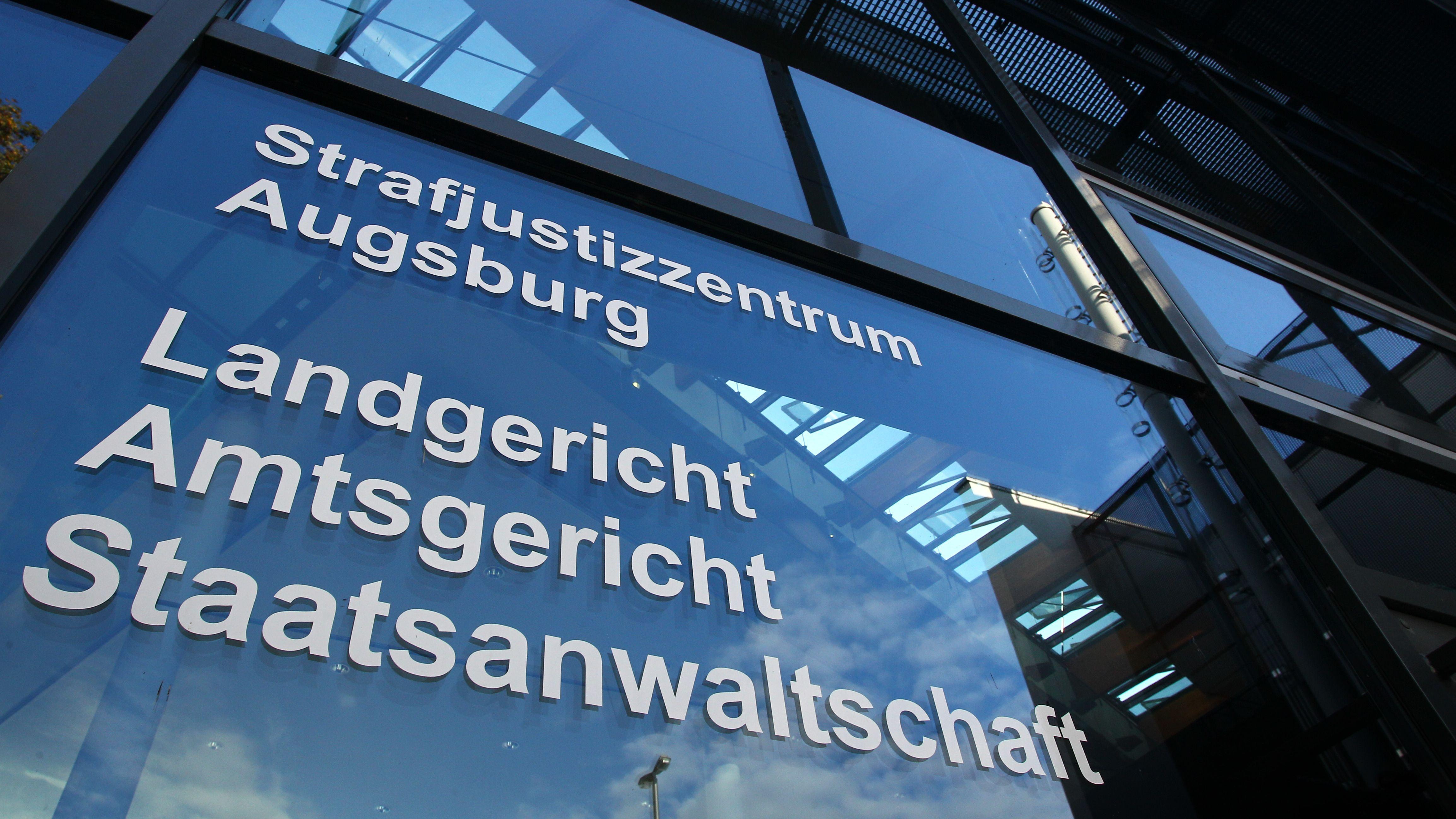 Schriftzug an Gebäude: Strafjustizzentrum Augsburg, Landgericht, Amtsgericht, Staatsanwaltschaft