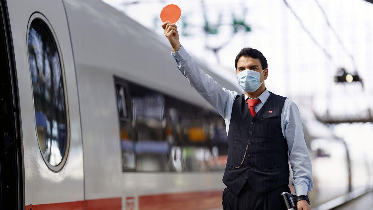 Ein Mitarbeiter der Deutschen Bahn neben einem ICE-Zug.