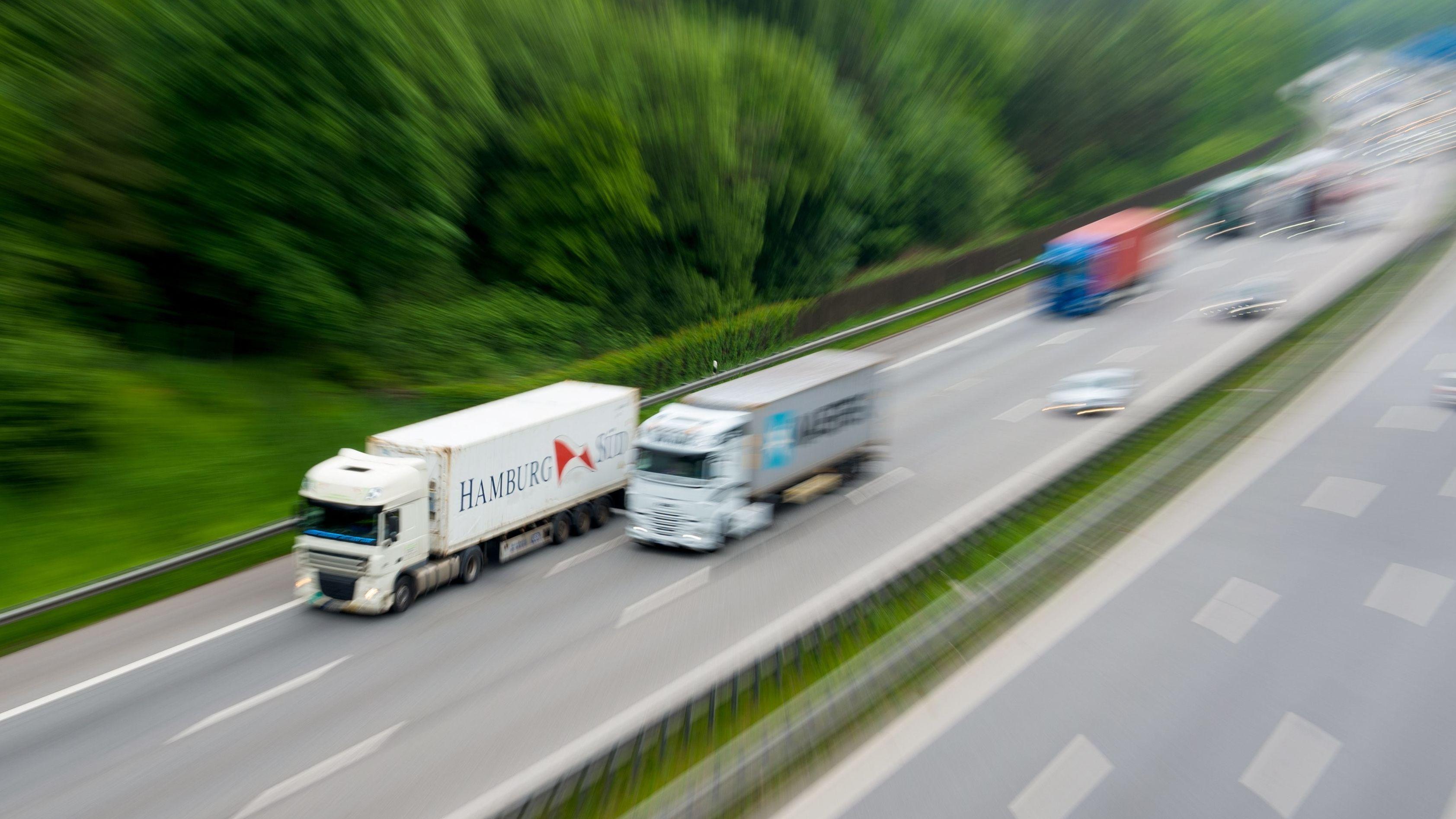 Lastwagen und Autos auf einer Autobahn in Deutschland
