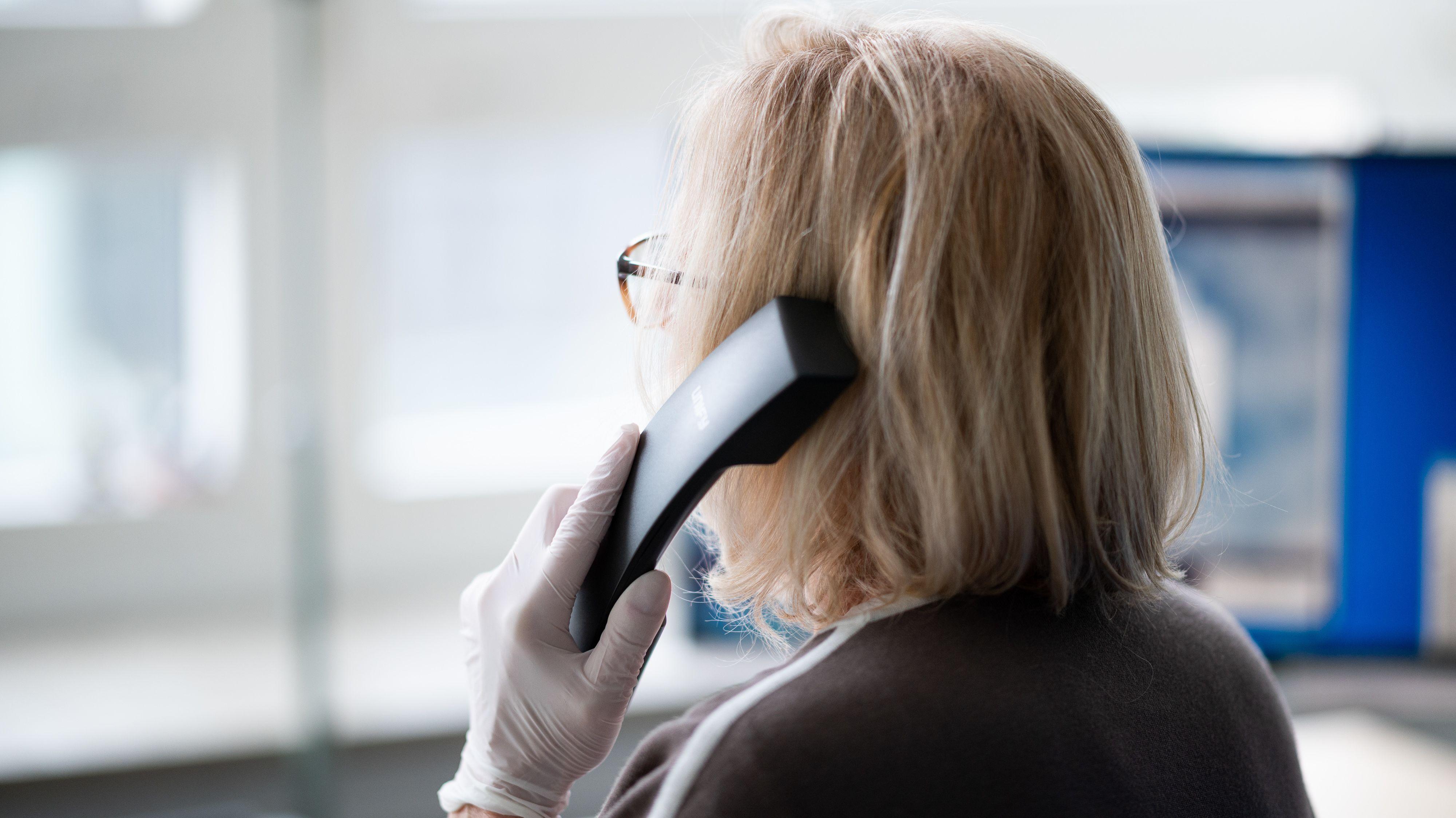 Mitarbeiterin einer Telefonseelsorge (Archiv)