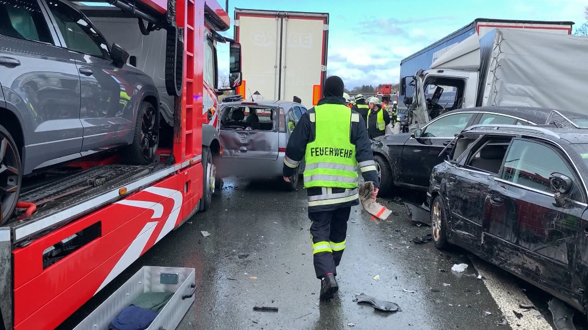 Auf der A6 nahe Altdorf bei Nürnberg sind am Morgen mehrere Autos ineinander gekracht. Ein Mensch kam ums Leben, mehr als zwei Dutzend Personen wurden verletzt. Zum Zeitpunkt des Unfalls soll ein starker Schneesturm geherrscht haben.