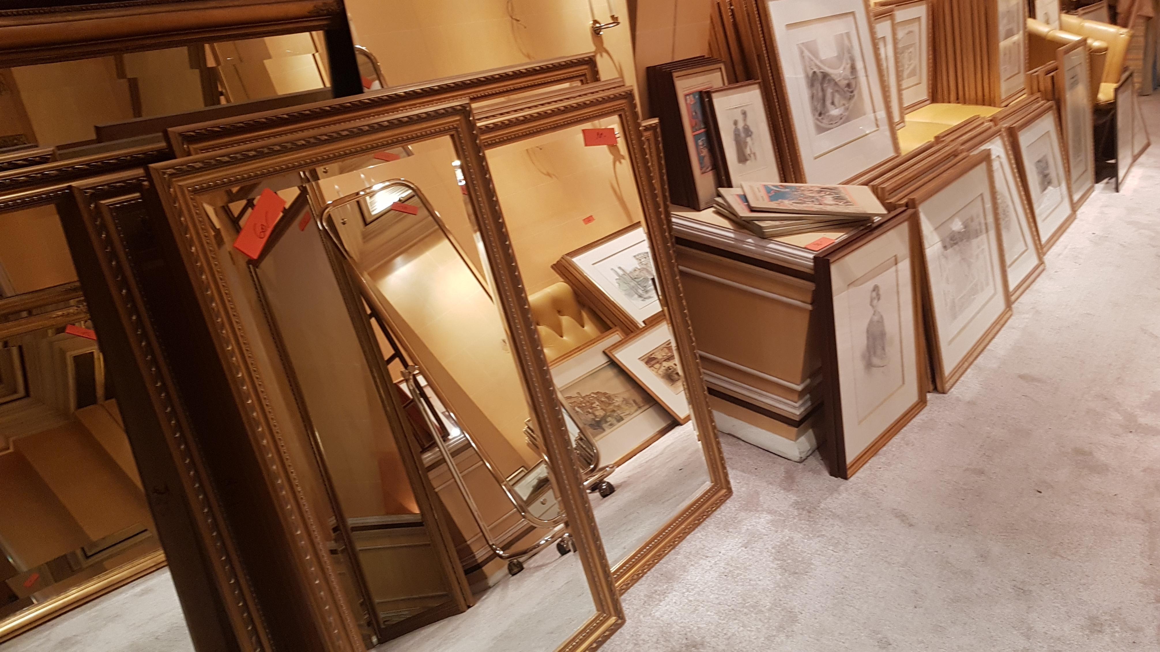 Bilder und Spiegel zu verkaufen.