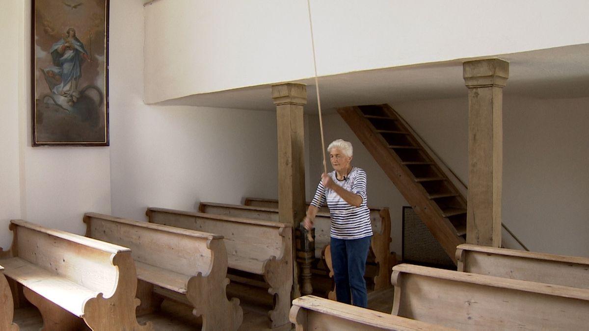 Johanna Christl läutet die Glocken der Nikolauskapelle in Weiden bei Augsburg
